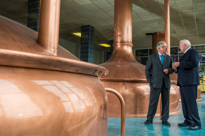 Paul Armstrong von Diageo und John Teeling im Sudhaus der Great Northern Brewery in Dundalk, Irland