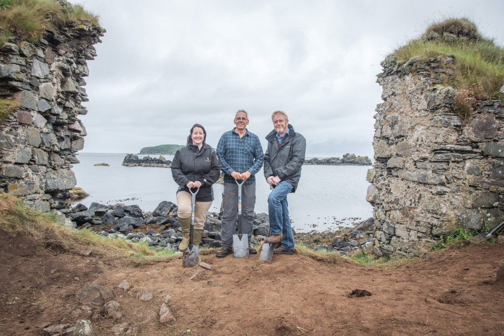 L-R Georgie Crawford, Professor Steve Mithen and Dr Nick Morgan at the excavation of Dunyvaig Castle-min