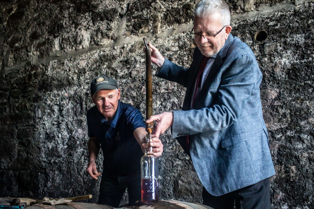 SML - MIKE RUSSELL VISIT GLEN SCOTIA DISTILLERY (5) (002)